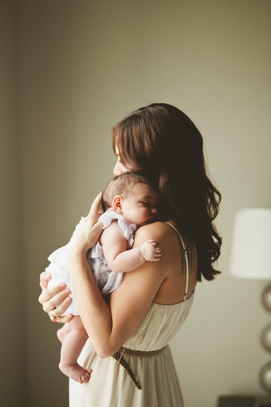 Фото девушки с ребенком на руках на аву