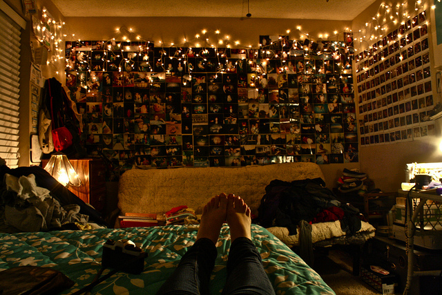 This is SO ME. Absolutely love this rooms. Looks very much like my room in colle