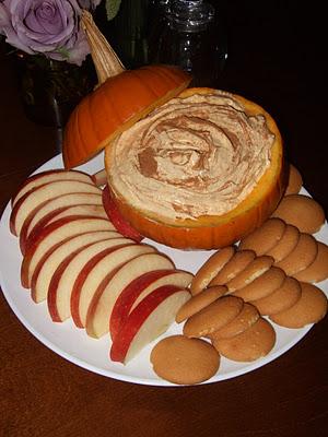 pumpkin dip {cool whip, vanilla pudding mix, can of pumpkin, sprinkle with cinna