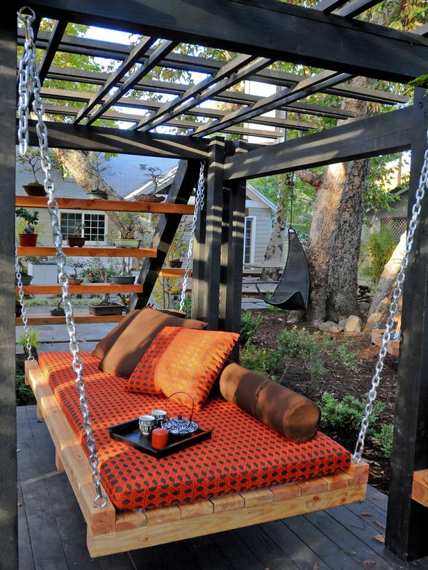 Swing made from pallets – I would change the colors, but love the rest!