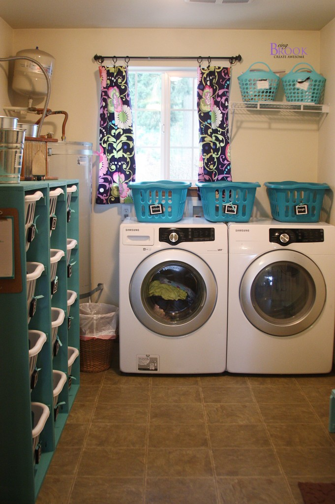 What a heavenly laundry room.  Great turquoise color and Ana White Laundry Dress