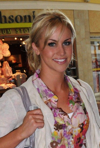 Candice Crawfords blonde, casual hairstyle