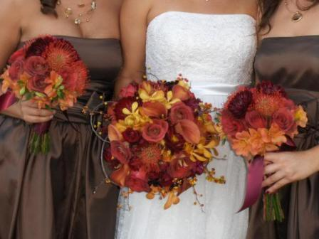 red flowers, brown dresses —perfect for a fall wedding.
