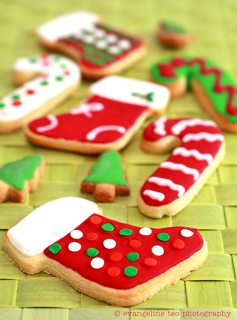 Festively hued, totally fun Frosted Christmas Cookies. #cookies #Christmas #deco