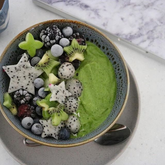 Getting creative this morning with another bloody smoothie bowl.  Avocado/spinach/banana/cashews & dates. #okwheresmysteak