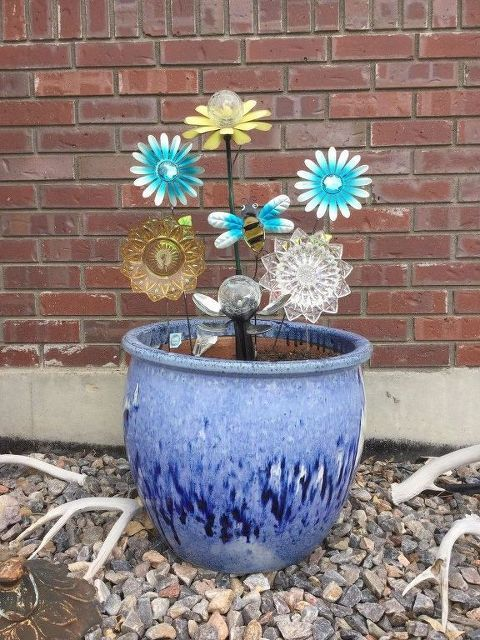 This gorgeous idea takes just 15 minutes to make, but it'll make your neighbors smile whenever they see it in your garden! -   24 flower garden crafts ideas